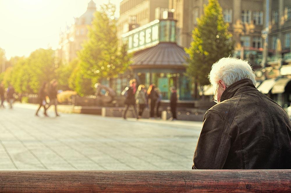 """ESF-Bundesprogramm """"Stärkung der Teilhabe Älterer – Wege aus der Einsamkeit und sozialen Isolation im Alter"""""""